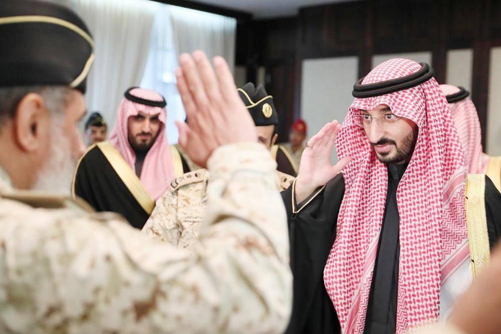 الأمير عبدالله بن بندر مستقبلا منسوبي الحرس الوطني بمكتبه في الوزارة أمس.