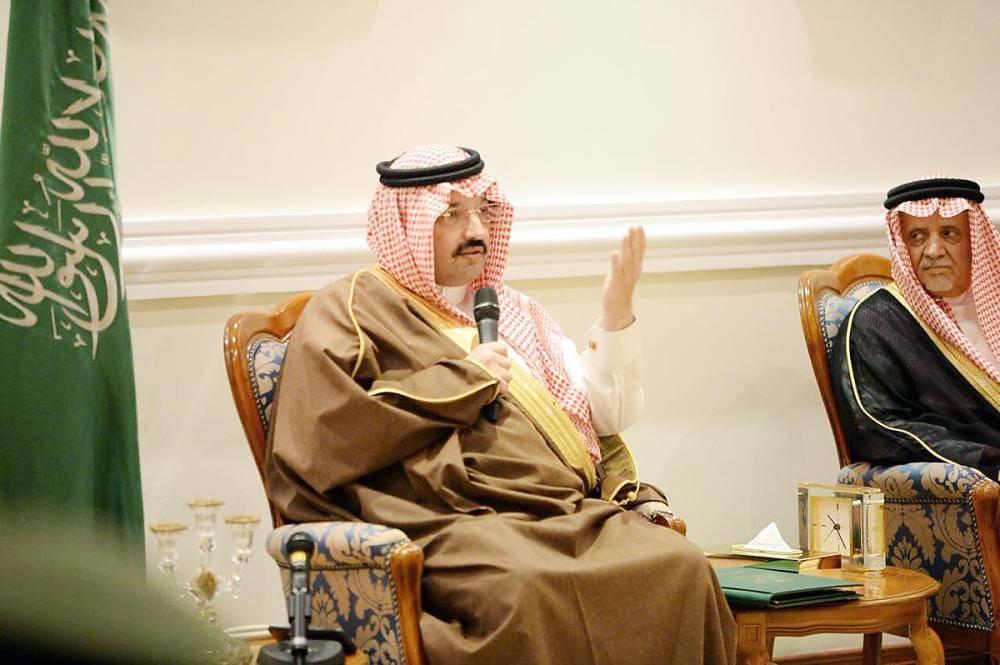الأمير تركي بن طلال في لقائه بالمثقفين. (عكاظ)