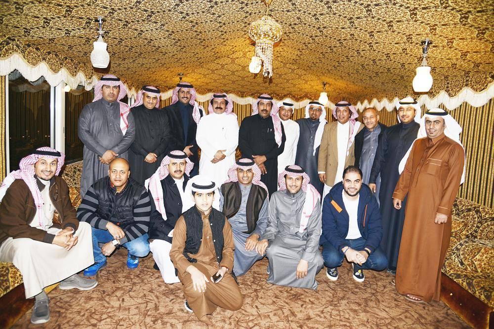 المحتفى بهم مع المشاركين في الحفلة.