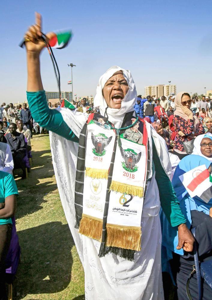 سودانية مؤيدة للبشير خلال مسيرة لأنصاره في الساحة الخضراء بالخرطوم أمس .(أ ف ب)