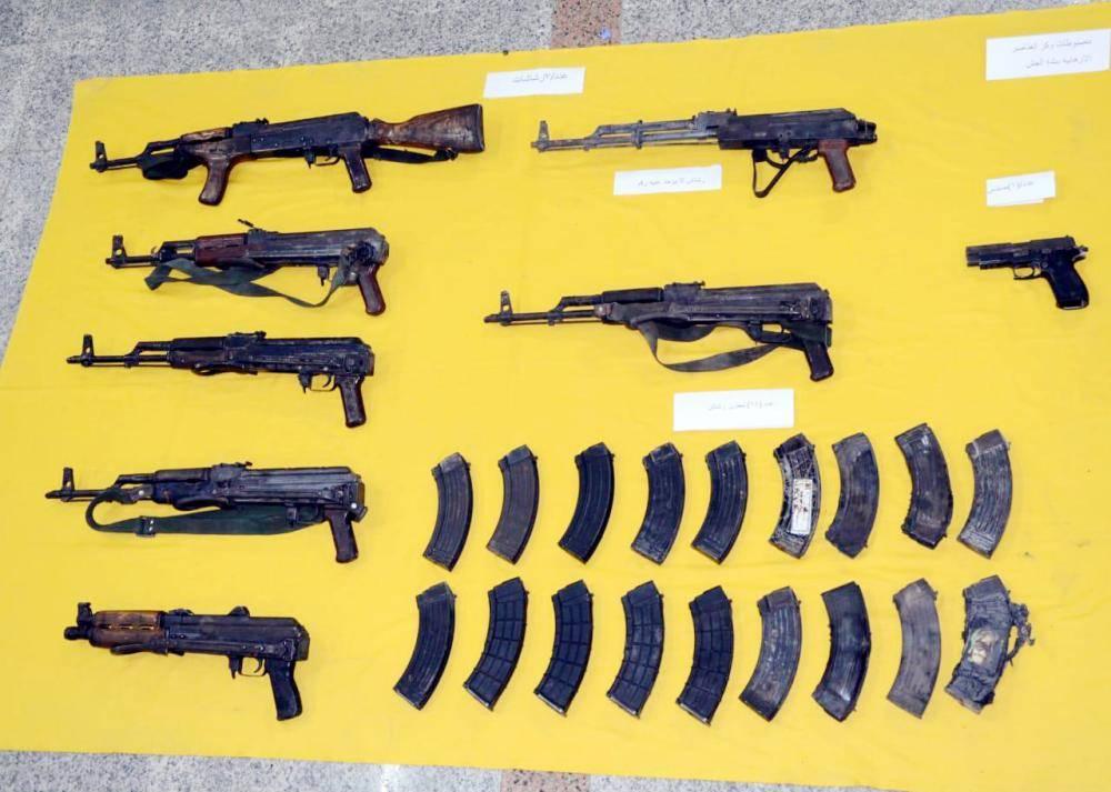 أسلحة متنوعة وذخيرة تم ضبطها في وكر الإرهابيين.