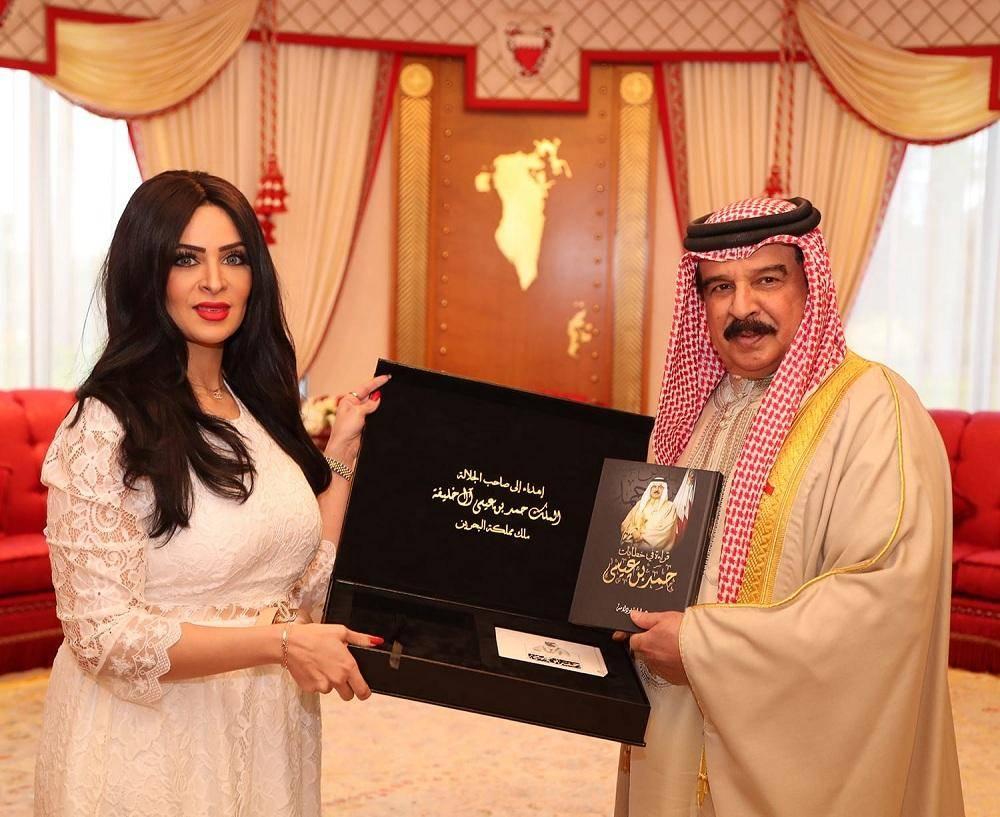 الملك حمد بن عيسى آل خليفة يتسلم الإهداء من الدكتورة لولوة بودلامة