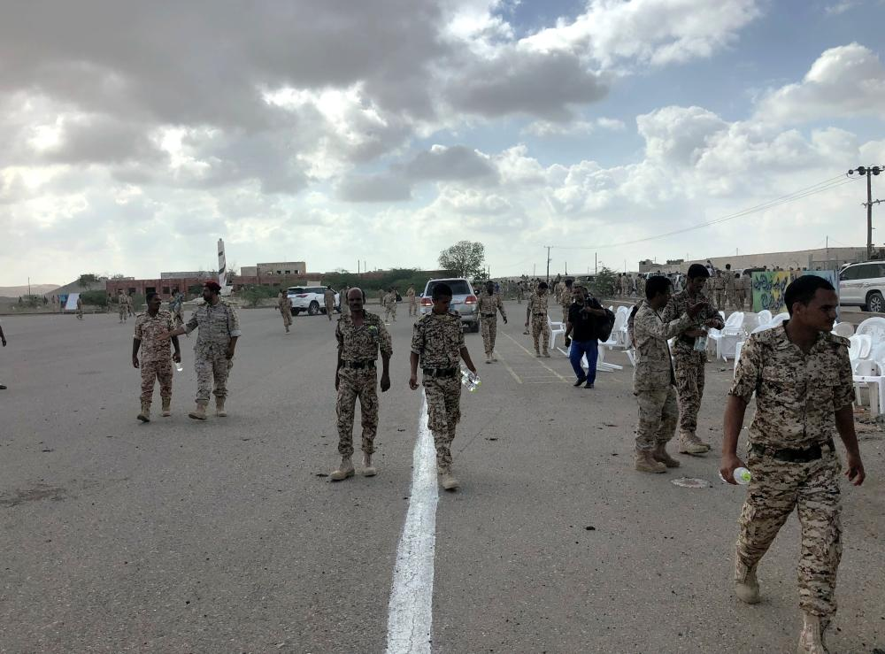 جنود يمنيون في موقع العرض العسكري المستهدف