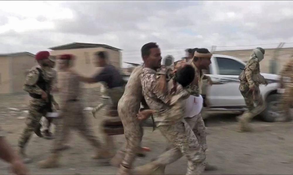 نقل جندي يمني مصاب