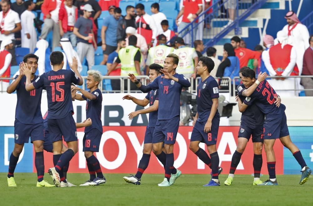 احتفال لاعبي تايلند بالهدف في مرمى البحرين