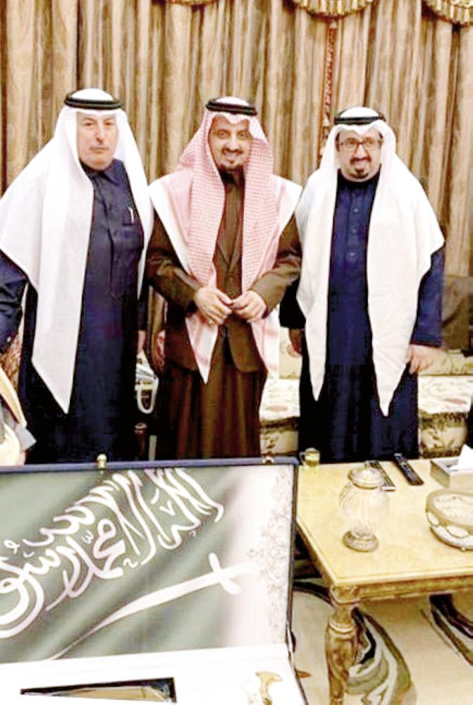 الأمير فيصل بن خالد يتوسط المتحمي والأزهري خلال الزيارة.