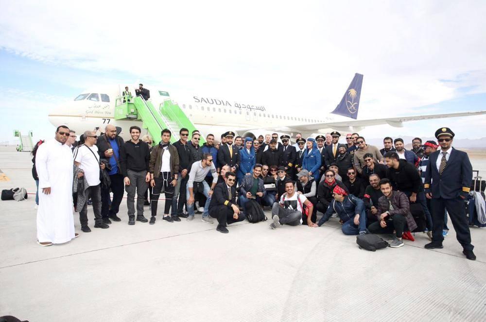 موظفو مشروع «نيوم» يصلون إلى مطار شرما لأول مرة على متن الخطوط السعودية. (واس)