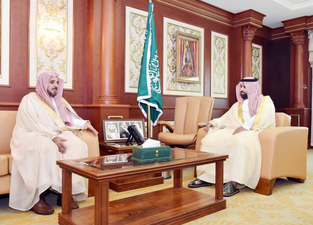 الأمير محمد بن عبدالعزيز مستقبلا رئيس فرع النيابة العامة. (عكاظ)