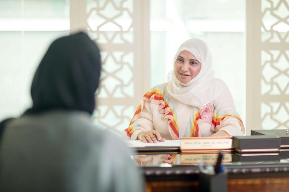 جمل الليل متحدثة إلى «عكاظ» من مكتبها الجامعي. (تصوير: عبدالسلام السلمي)