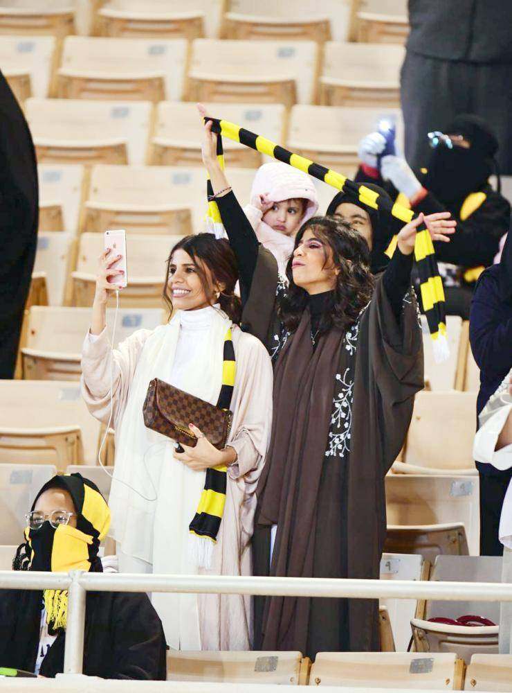 مشجعات يبتهجن فرحاً بعد تسجيل هدف الاتحاد. (تصوير: سامي الغامدي)