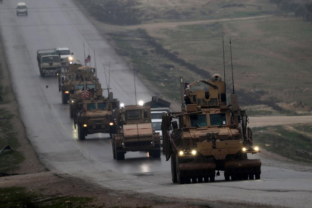 قافلة من المركبات العسكرية الأمريكية في مدينة منبج شمال سورية.