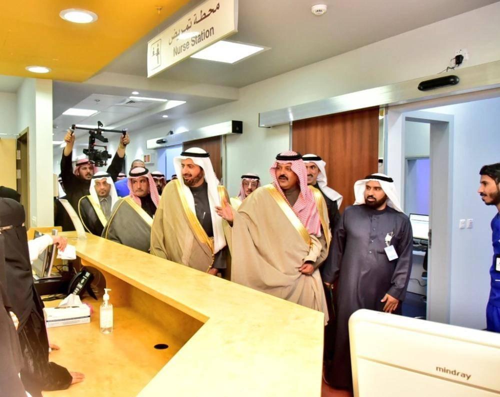 أمير المنطقة خلال تدشينه مشاريع صحية بحضور الربيعة أمس. (عكاظ)