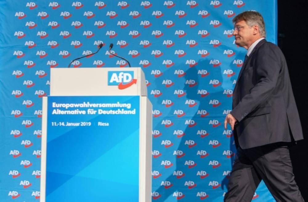 رئيس حزب البديل من أجل المانيا يورغ مويتن يصل إلى المنصة لإلقاء خطابه أمام مؤتمر الحزب اليوم في رييسا. (أ ف ب)