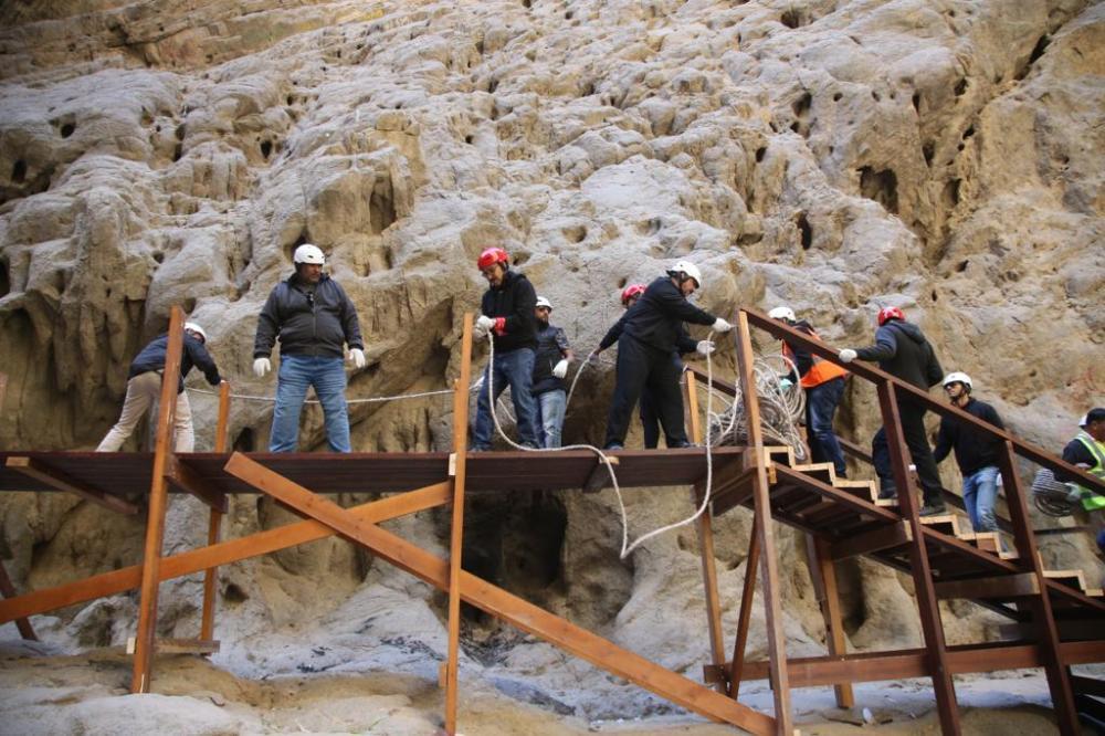 بالصور.. موظفو «نيوم» يعيدون بناء جسر في وادي «طيب اسم»