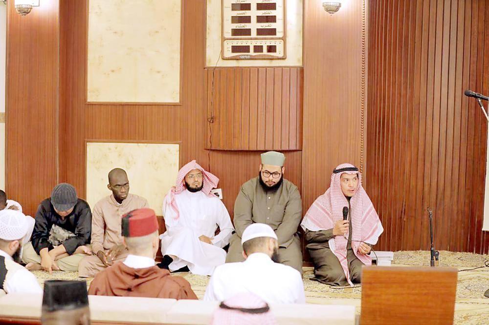 مدير جامعة الطائف مدشنا حلقة تحفيظ القرآن.