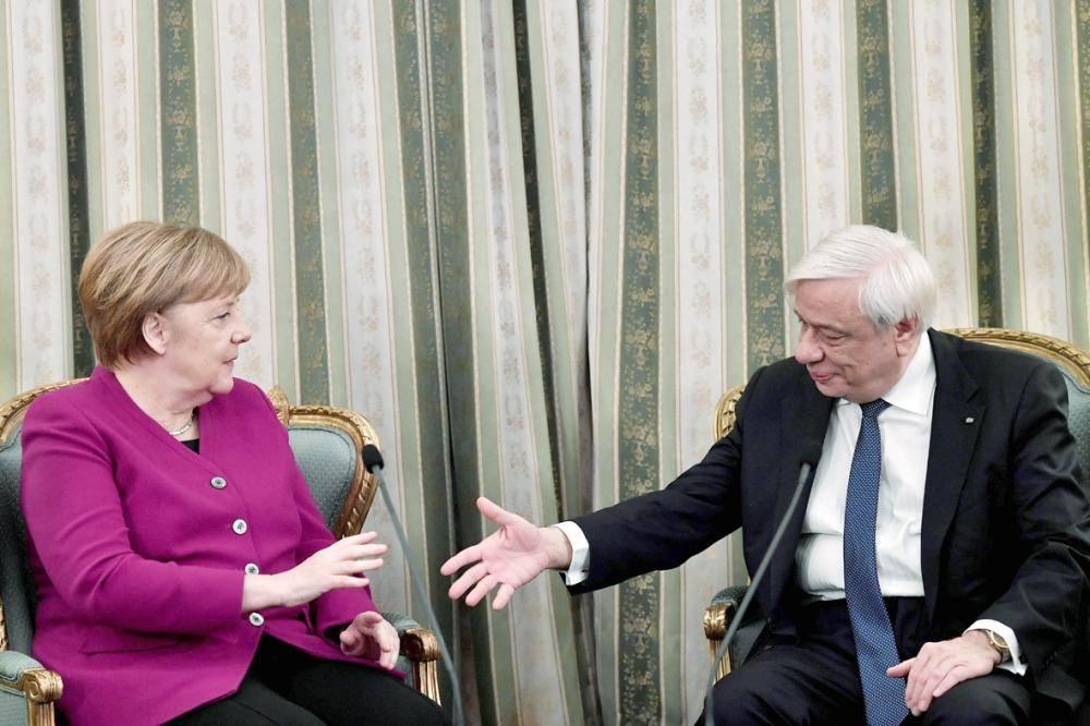 ميركل والرئيس اليوناني بافلوبولوس خلال لقائهما في أثينا أمس. (أ ف ب)
