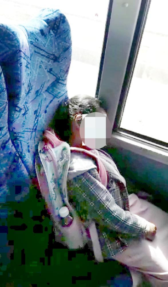 الطالبة مستغرقة بالنوم داخل الحافلة المدرسية