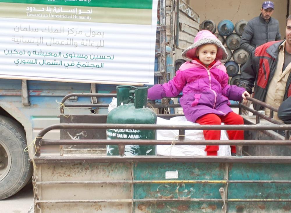 وزع المركز وقود التدفئة وأسطوانات غاز الطبخ على النازحين في الشمال السوري.