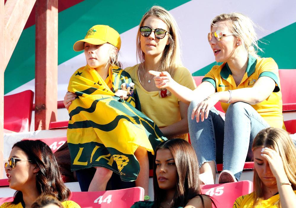 مشجعات أستراليات يتابعن مواجهة منتخب بلادهن أمام فلسطين.