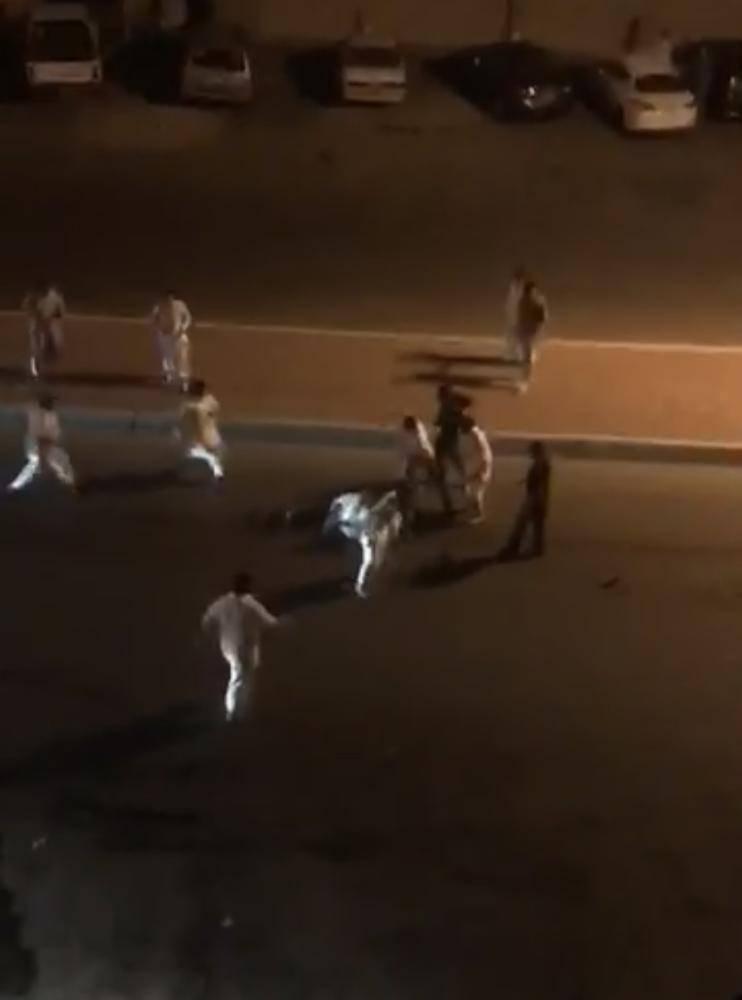 صورة من مقطع الفيديو المنتشر للمشاجرة الدامية. (متداول)