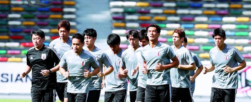 لاعبو المنتخب الياباني في تدريب سابق في الامارات.