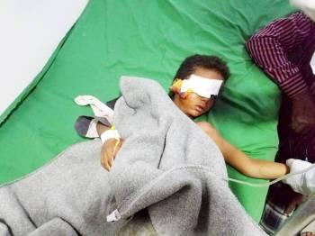 طفل جريح في قصف حوثي على مخيم النازحين يتلقى العلاج بعيادات مركز الملك سلمان أمس.(عكاظ)