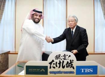آل الشيخ مع رئيس شركة TBS توشي شيكا خلال توقيع الاتفاقية.