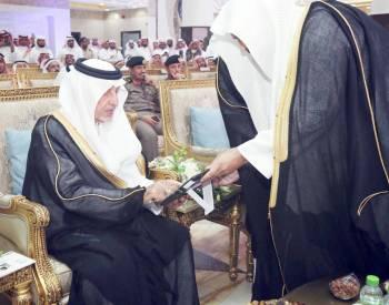 الأمير خالد الفيصل مدشنا مقر مكتبة الحرم المكي أمس.