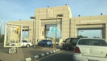 أعمال السفلتة تسببت في إغلاق البوابة الرئيسية للجامعة.