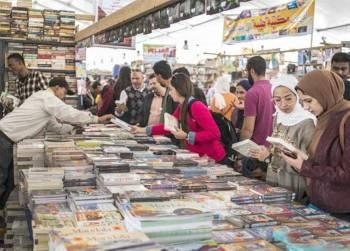 جانب من زوار معرض القاهرة للكتاب في إحدى دوراته السابقة.