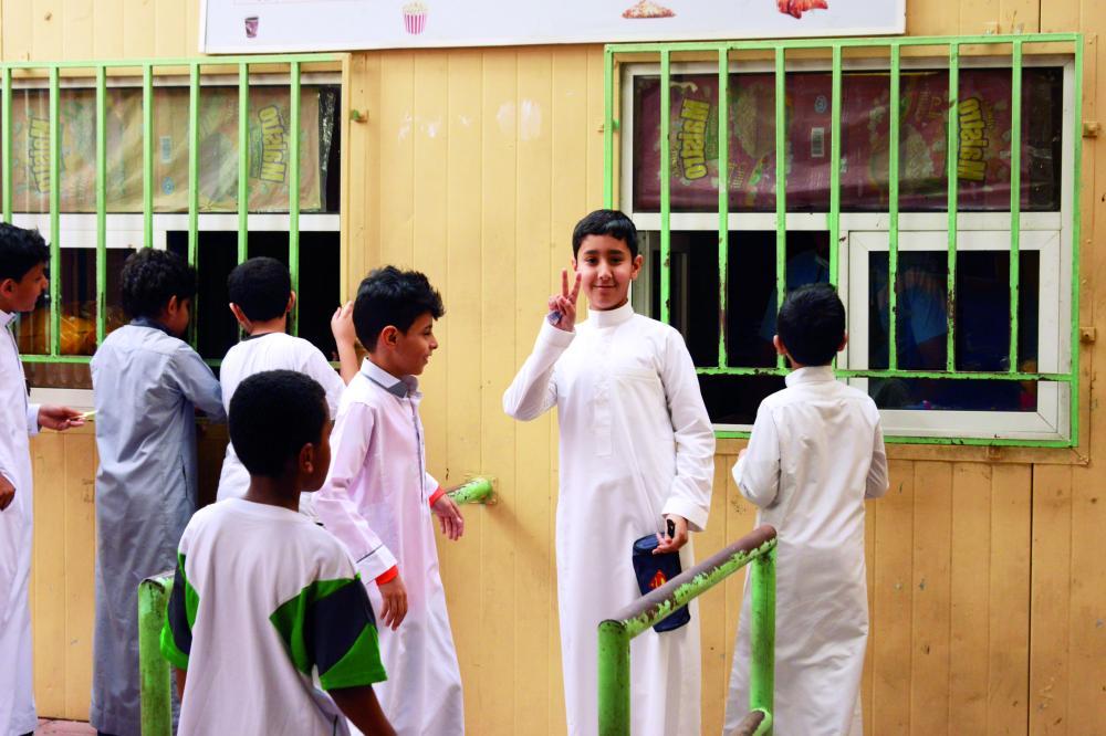 طلاب أمام المقصف في إحدى المدارس. (تصوير: أحمد المقدام)