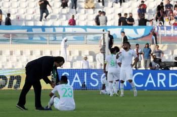 بيتزي مواسيا لاعبي المنتخب عقب الخسارة من اليابان