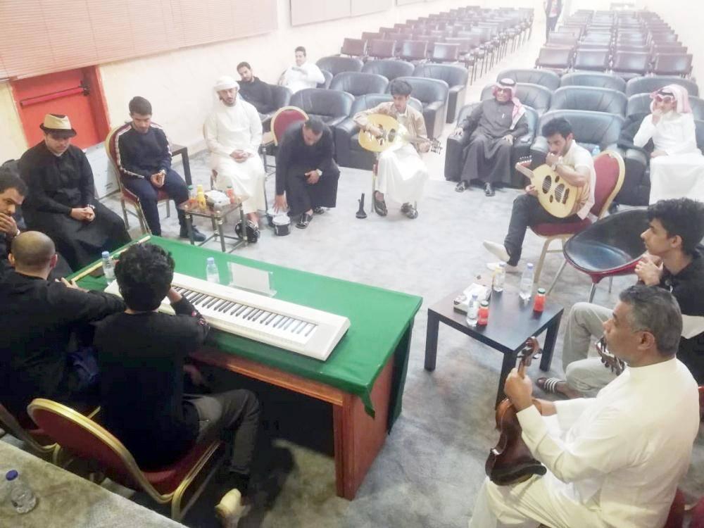 الطلاب يتدربون على العزف بحضور رئيس النادي الأدبي في الطائف. (عكاظ)