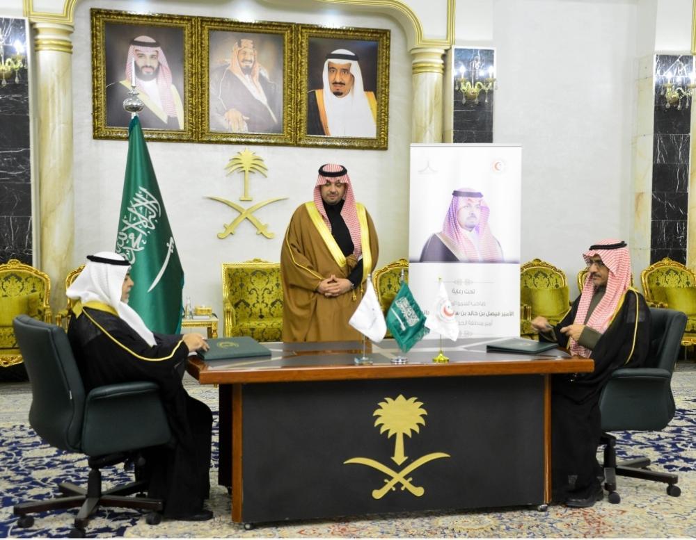 فيصل بن خالد بن سلطان يشهد توقيع مذكرة تفاهم بين «الهلال الأحمر» وجامعة الحدود الشمالية