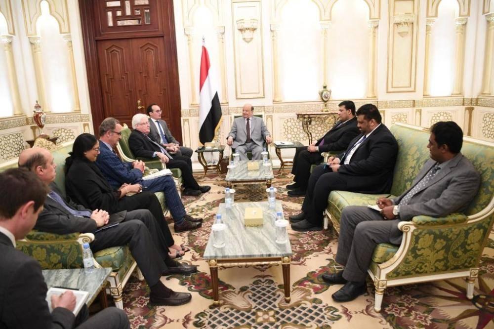 الرئيس اليمني ملتقيا بالمبعوث الأممي غريفيث والجنرال كامرت