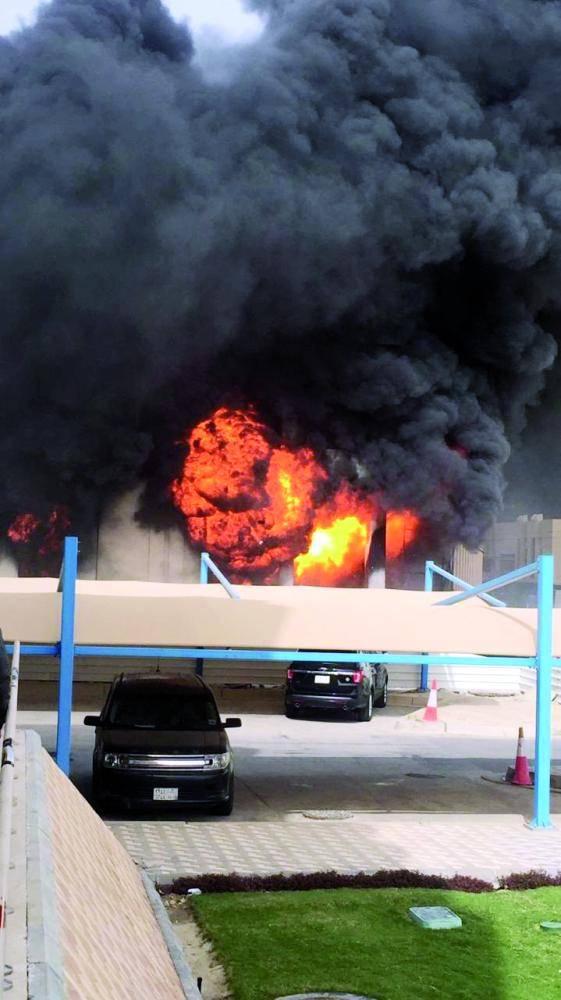 سيطرت فرق الدفاع المدني على الحريق في وقت قياسي دون أي إصابات. (تصوير: سامي الغامدي)