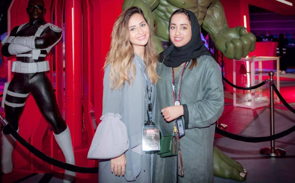 سيدتان تبديان سعادتهما بالمشاركة في أول فعالية لـ«أبطال عالم مارفيل»، التي انطلقت في الواجهة البحرية بمدينة جدة أمس. (تصوير: سامي بوقس)