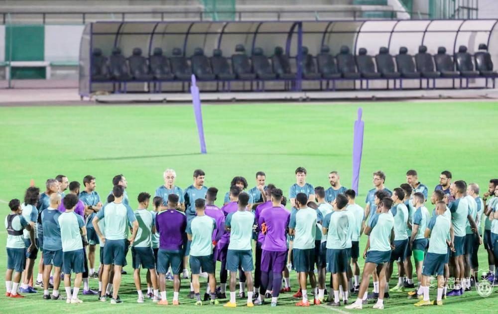 المدرب فوساتي في اجتماع مع لاعبي الأهلي قبل مواجهة النصر.