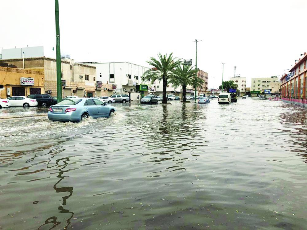 الأمطار الغزيرة تغلق العديد من الطرق في المدينة.