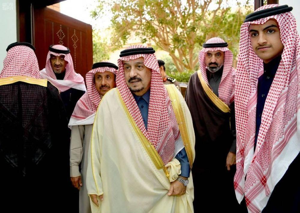 أمير منطقة الرياض يؤدي صلاة الميت على الأميرة جواهر بنت فهد آل مشاري
