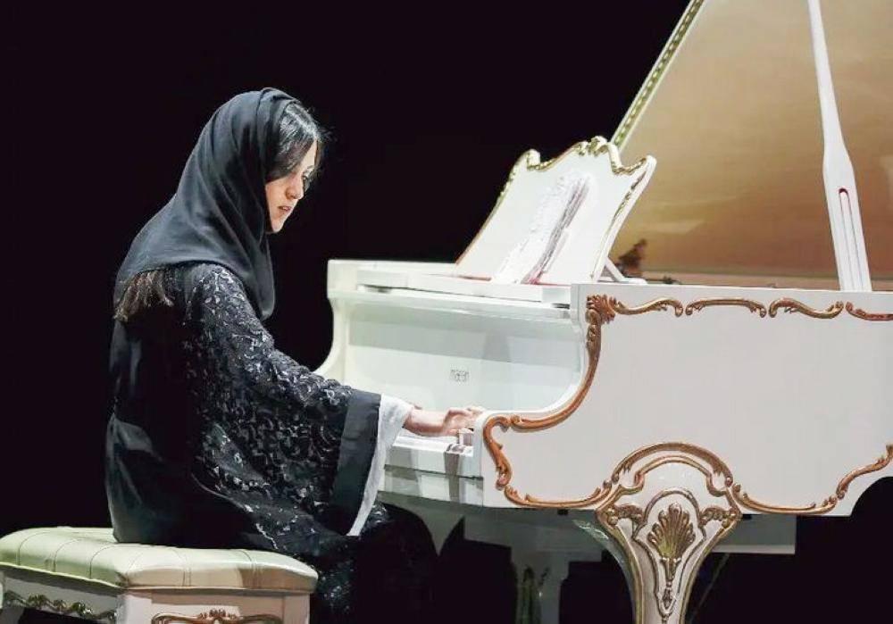 إيمان قستي تعزف على البيانو في «دافوس».
