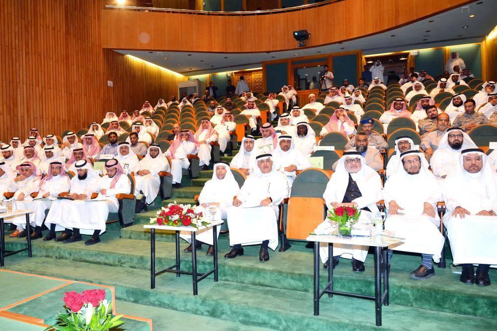 جانب من افتتاح مؤتمر التقنية في جامعة الملك عبدالعزيز أمس. (عكاظ)