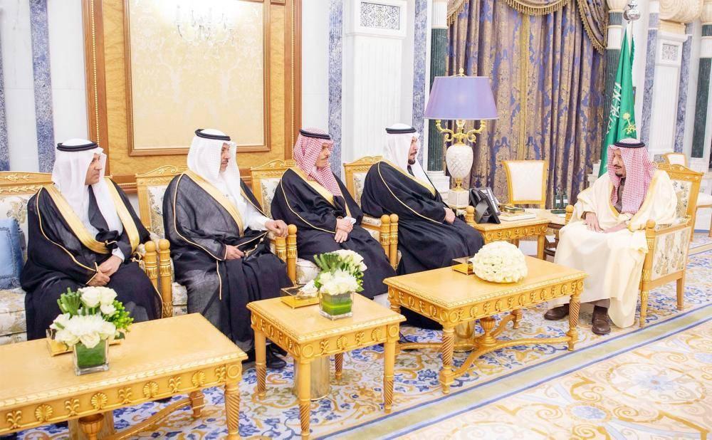 خادم الحرمين الشريفين مستقبلا السفراء المعينين حديثا أمس في الرياض.