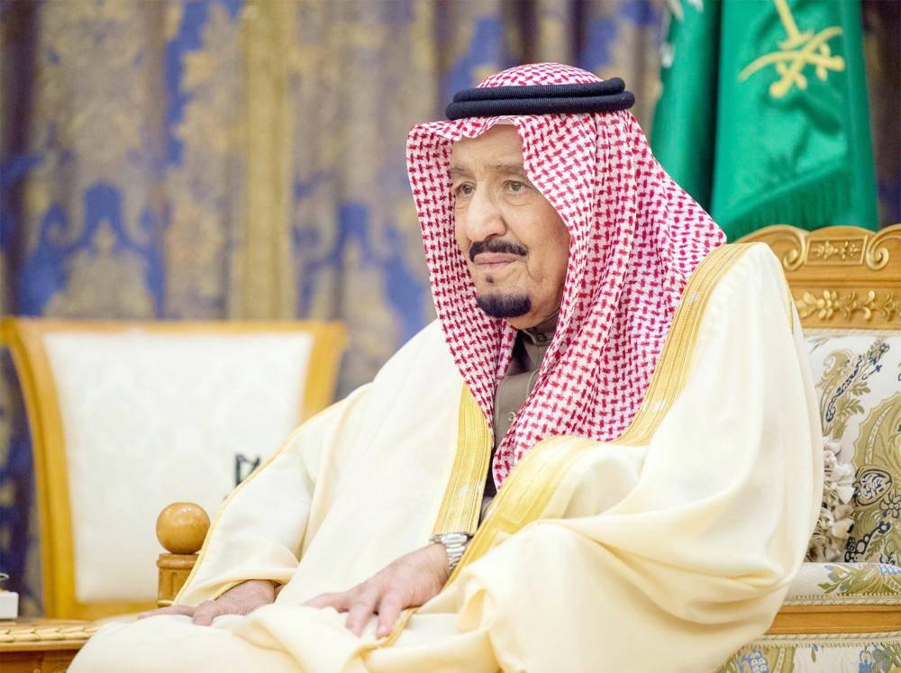 الملك سلمان متابعا أداء السفراء القسم.