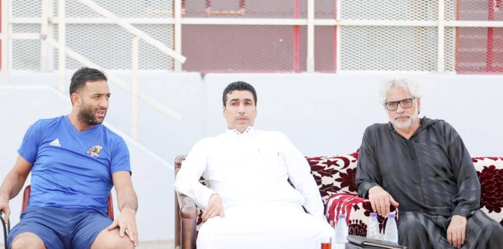 حاتم خيمي الى جانب المدرب المصري ميدو.