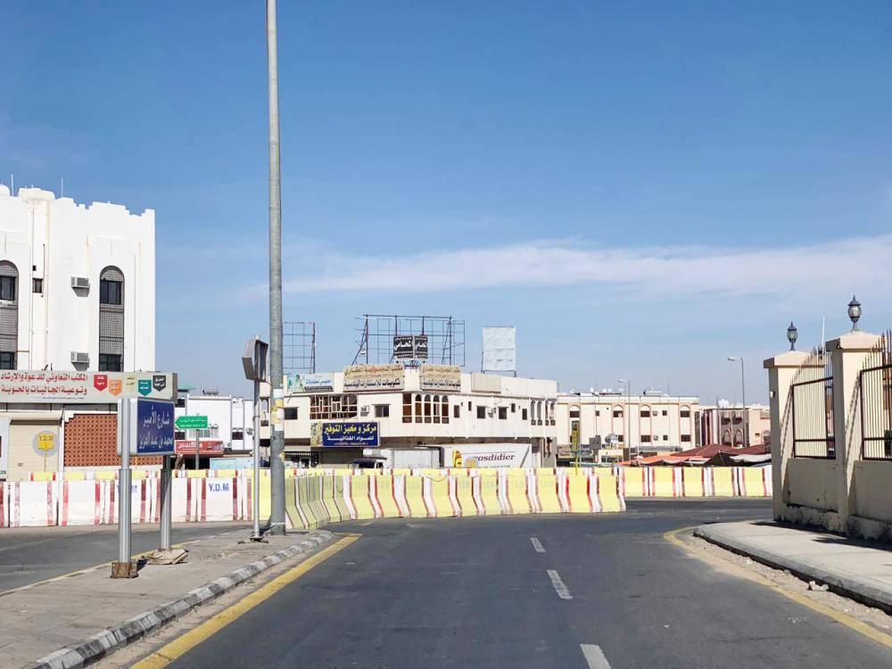 حواجز خرسانية تقطع أحد الشوارع الحيوية في الطائف.   (تصوير: أحمد ناشي)