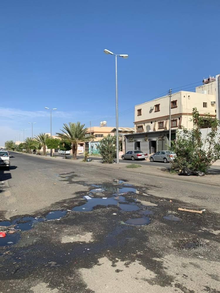 حفريات تنتشر في أحد شوارع الطائف. (تصوير: أحمد ناشي)