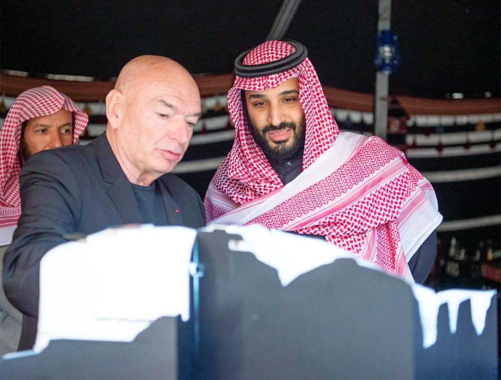 الأمير محمد بن سلمان مطلعاً على العرض الخاص بمنتجع شرعان.