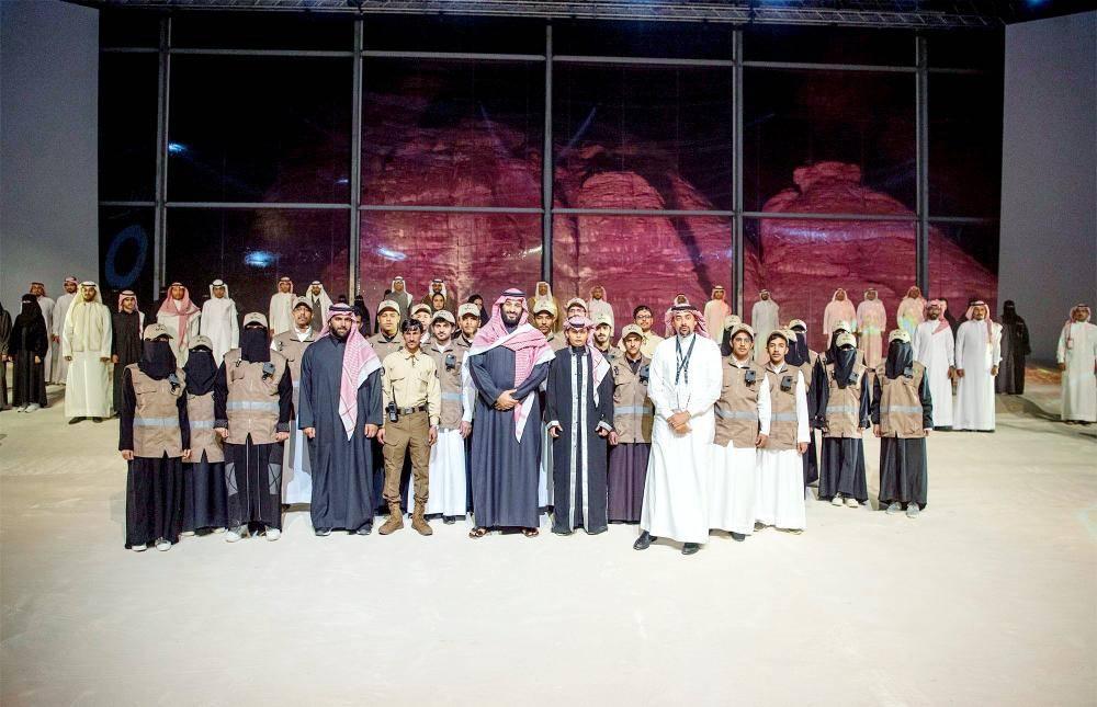 ولي العهد والأمير بدر بن فرحان في صورة جماعية مع المشاركين في الحفل. (تصوير: بندر الجلعود)