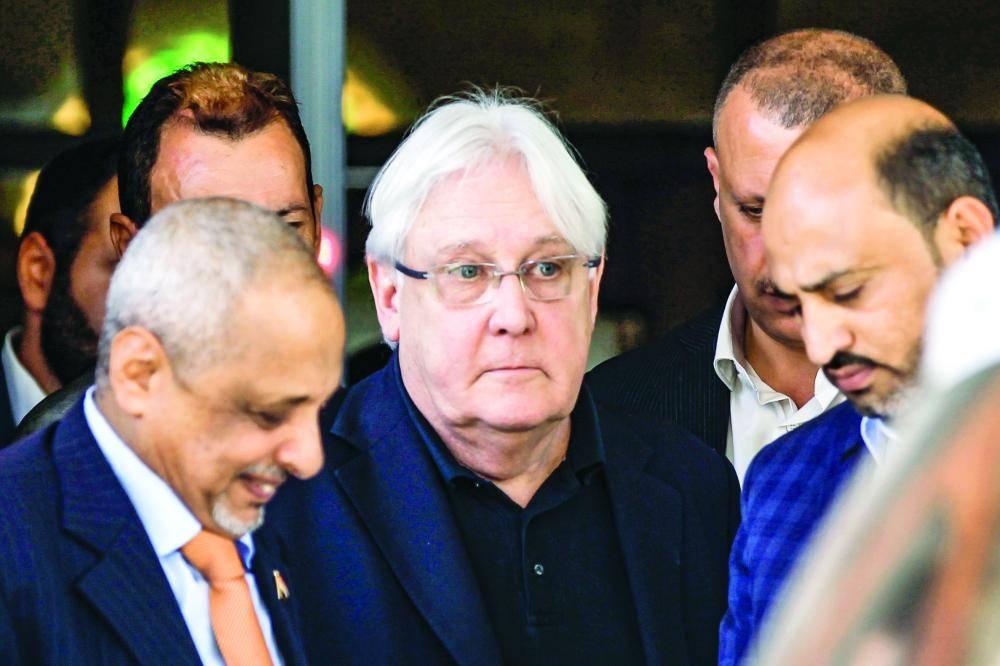 المبعوث الأممي مارتن غريفيث خلال وصوله مطار صنعاء أمس. (أ ف ب)